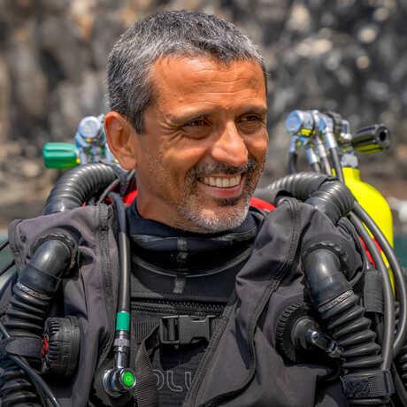 Academy biologist Luiz Rocha preparing for a dive